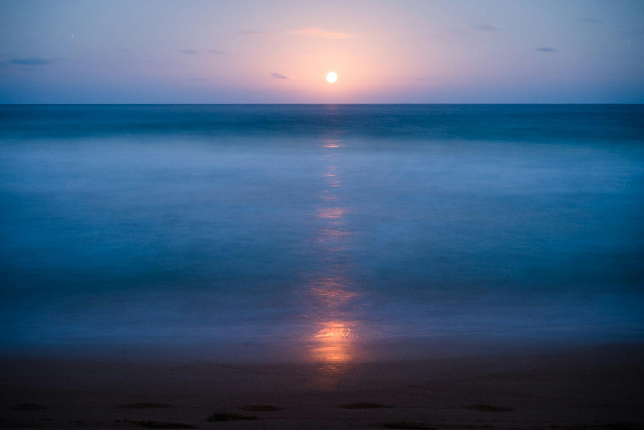 Lever de la lune sur la plage de Kealia à Kauai, Hawaï
